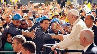 """Genova, il Papa tra gli operai dell'Ilva ·video""""Non reddito per tutti, ma lavoro per tutti"""""""