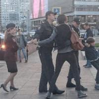 Mosca indignata contro la polizia per l'arresto di Oscar, il bimbo che recita in strada