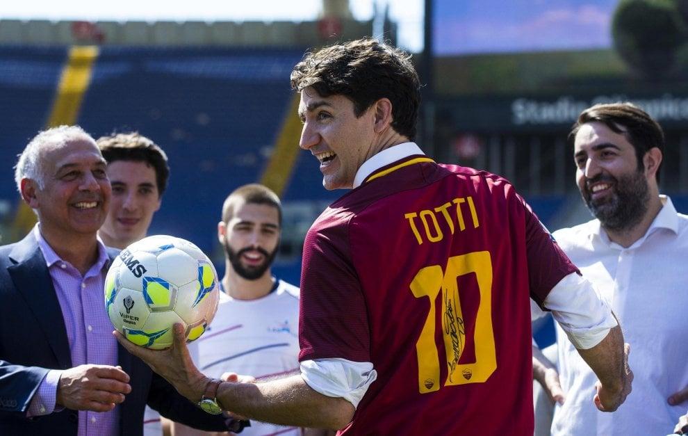 Omaggio a Totti, anche Trudeau con la maglia del Capitano: il dono di Pallotta al premier canadese