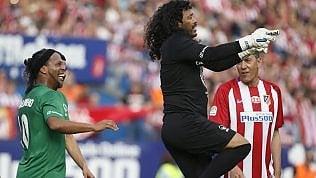 Si rivede la leggenda Higuita:show in campo con Ronaldinho