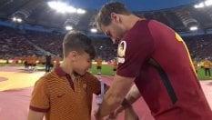 Totti passa la fascia a un bambino delle giovanili