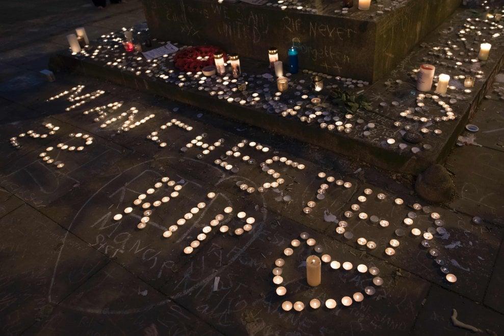 Manchester, veglia in memoria delle vittime a una settimana dall'attentato: le immagini
