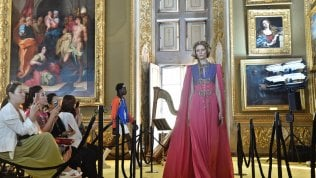 Sfilata inedita: i modelli di Guccidavanti alla Madonna di Raffaello