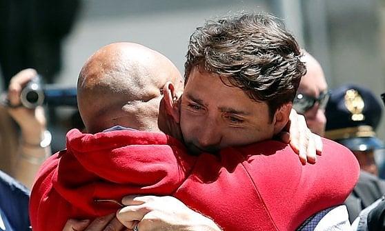 Justin Trudeau incanta l'Italia: dall'abbraccio di Amatrice alla maglia di Totti