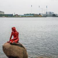 Copenaghen, la Sirenetta imbrattata di rosso: attacco ambientalista contro la caccia alle balene