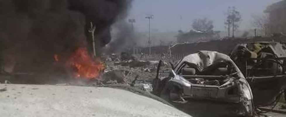 Afghanistan, camion bomba a Kabul nel quartiere delle ambasciate: l'Isis rivendica
