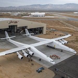 """Allen (ex Microsoft) vara il jet """"lancia-satelliti"""", l'aereo più grande del mondo"""