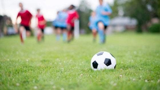 Centri estivi e sport sui campi in erba sintetica, con il caldo attenzione a batteri e infezioni