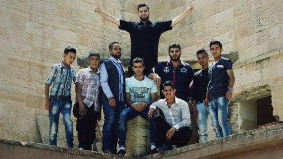 Mosul, i ragazzi musulmani aiutano a ricostruire una chiesa distrutta dall'Isis