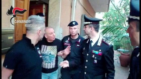 'Ndrangheta, catturato a San Luca il latitante Giuseppe Giorgi. E c'è chi gli bacia le mani