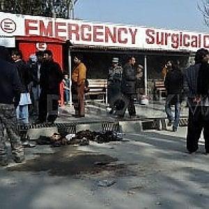 Kabul, ancora morti e feriti: nelle sale operatorie di Emergency non c'è tregua