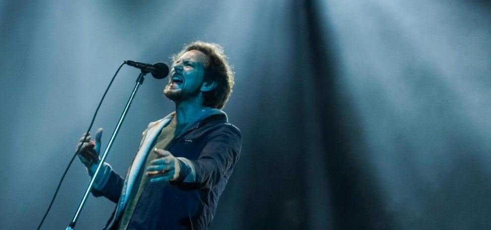 """Eddie Vedder rompe il silenzio: il ricordo per il """"fratello"""" Cornell: """"Ti vorrò sempre bene"""""""