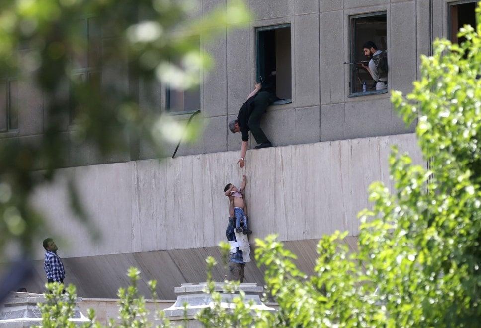 Teheran sotto attacco, spari nel parlamento e kamikaze al mausoleo di Khomeini - le immagini