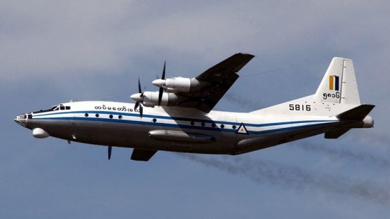 Myanmar, disperso aereo militare con oltre 100 persone a bordo: avvistati resti in mare