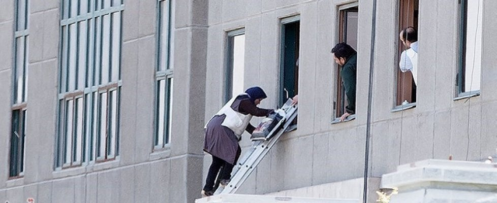 Teheran sotto attacco. Kamikaze nel parlamento e al mausoleo di Khomeini: almeno 12 morti. L'Isis rivendica