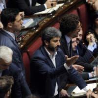 Legge elettorale, caos alla Camera: maggioranza battuta, accuse reciproche Pd-M5s. I dem: