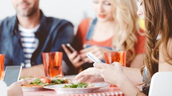 Adolescenti con lo smartphone a tavola. La psicologa: ''Dietro l'abuso la ricerca di contatto sociale''