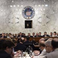 Comey parla al Senato, atmosfera da SuperBowl negli Usa