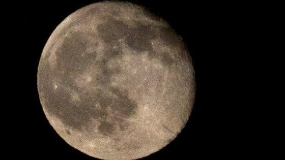 La notte della Luna 'rosa', insieme a Saturno