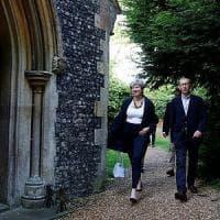Gb, Theresa May sotto esame dei Tory. E la Regina costretta a rinviare il suo discorso