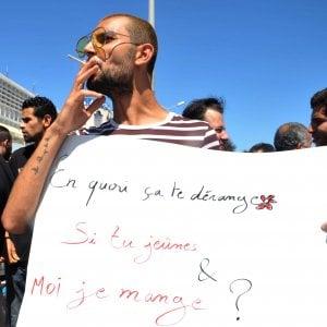 Arrestati per aver mangiato durante il Ramadan: la Tunisia scende in piazza