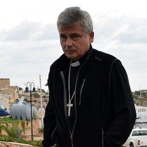 L'arcivescovo dorme in ufficio per dare la sua casa ai rifugiati