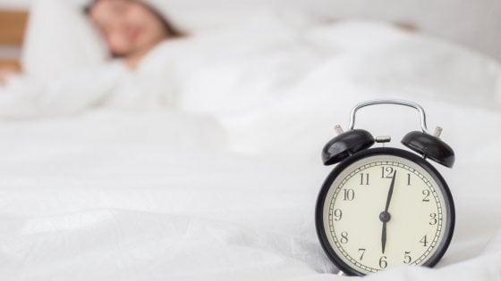 A letto fino a tardi la domenica, il 'jet lag del week end' fa male alla salute