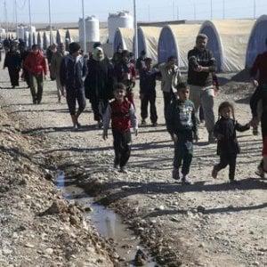 Mosul, centinaia di persone intossicate da cibo avariato: molti bambini sotto i 5 anni disidradati