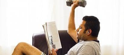 Pazzi per il divano? Ecco come convincere ' i pigri' a fare sport  Dieci esercizi facili in casa o in ufficio   di DEBORAH AMERI