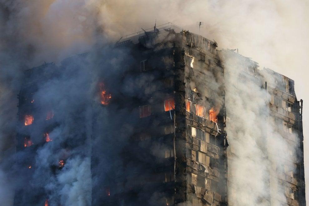 Londra, in fiamme la Grenfell Tower: grattacielo di 24 piani