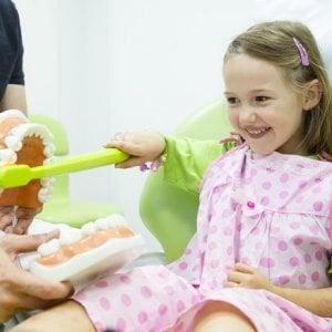 Bambini, la piccola guida per allontanare le carie salvare i denti