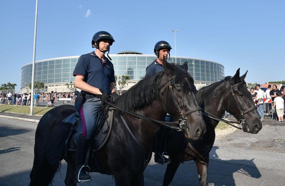 Polizia a cavallo, cani e controlli, l'attesa a Roma per il concerto di Ariana Grande