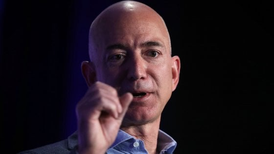 "Amazon, appello di Bezos ai suoi follower: ""Datemi idee per fare beneficenza"""