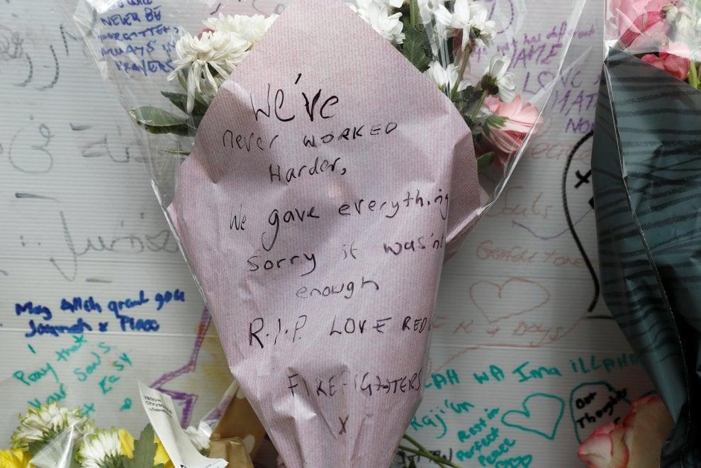 Incendio Londra, i fiori lasciati dal pompiere: ''Abbiamo dato tutto, scusate se non è stato abbastanza''
