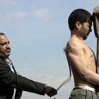Iran, venti persone frustate per aver mangiato e bevuto durante il Ramadan
