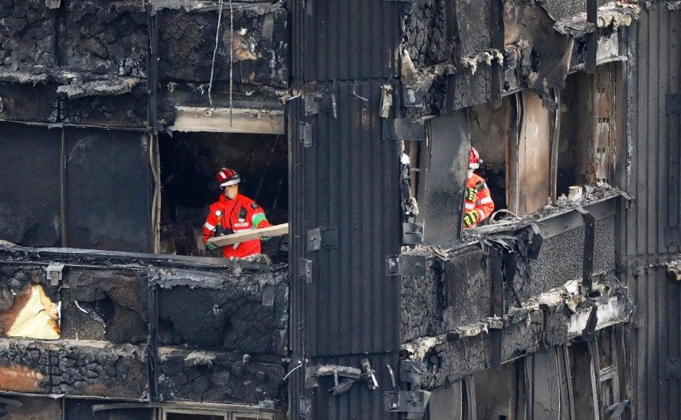 Incendio Londra, i pompieri al lavoro nella carcassa della Grenfell Tower
