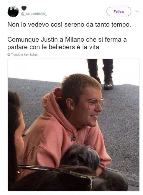 Milano, felpa rosa e cagnolino in braccio: entusiasmo social per l'incontro a sopresa di Justin Bieber con le fan