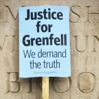 Grenfell Tower: la protesta fuori Downing Street