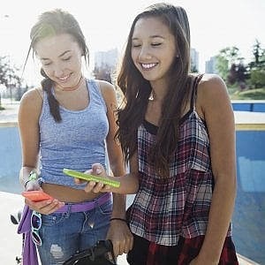 Smartphone in mano anche in vacanza, il 57% vuol stare connesso
