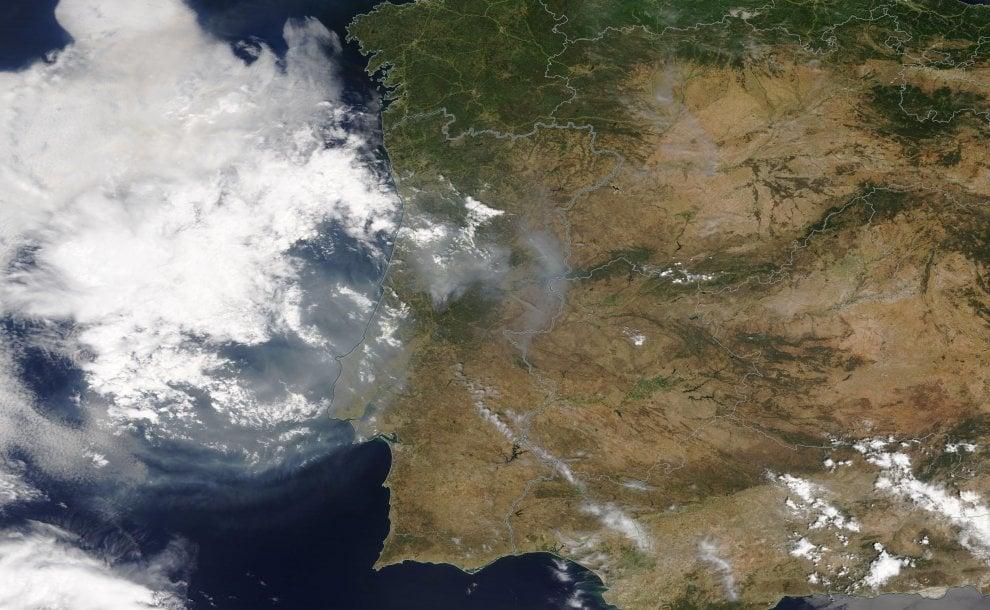 Portogallo, il gigantesco incendio ripreso dal satellite