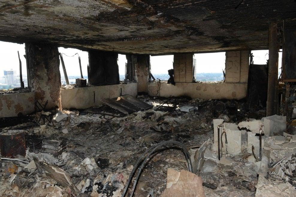 Incendio Londra, quel che resta della Grenfell Tower: gli appartamenti ridotti in fumo
