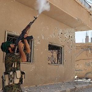 Siria, escalation di combattimenti: aerei Usa abbattono caccia di Damasco, missile Iran contro base Isis