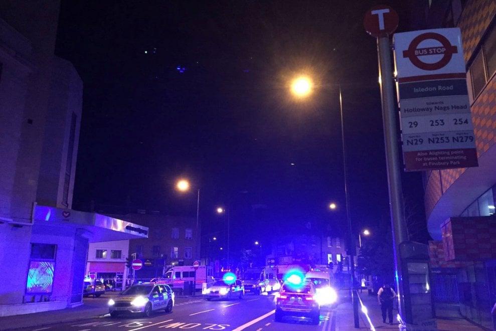 Londra, furgone sulla folla a Finsbury Park: le prime immagini