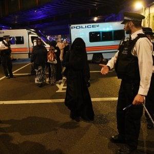 """Londra, attentato a Finsbury Park: """"Ci è venuto addosso a gran velocità e poi la corsa del pullmino si è arrestata contro un muro"""""""