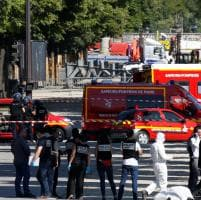 Parigi, auto contro furgone della polizia: le foto degli Champs-Elysées transennati