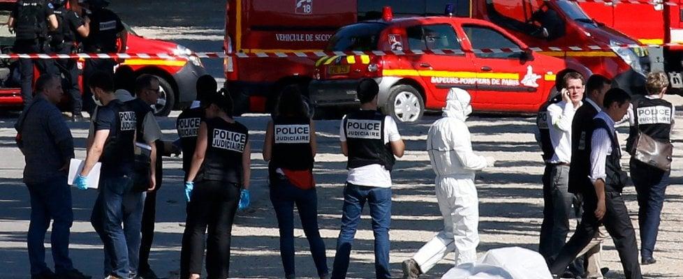 Champs Elysées, auto contro veicolo della polizia: si indaga per terrorismo