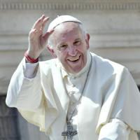 L'omaggio del Papa ai preti scomodi: