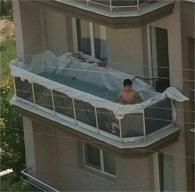 Il bambino nella piscina fai da te sul balcone: l\'ironia della ...