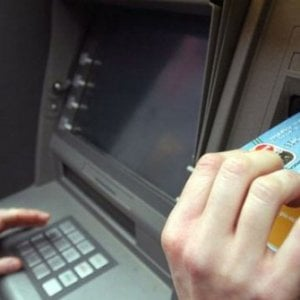 Il Bancomat festeggia cinquant'anni: il viaggio delle carte, da Londra a quota 100 milioni in Italia