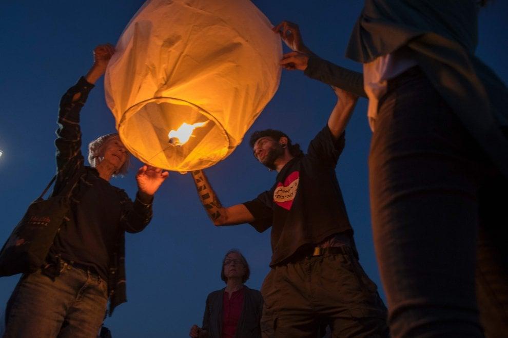 Gaza, tagliata l'elettricità alla Striscia: 150 lanterne di carta contro il buio